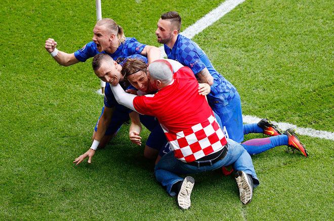 Хорватский болельщик отпраздновал гол Модрича вместе с командой