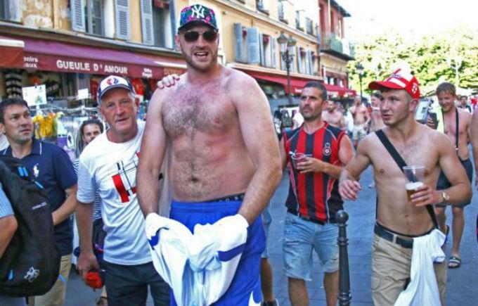 Травмированный Фьюри выпивает и веселится с британскими фанами на Евро-2016 во Франции