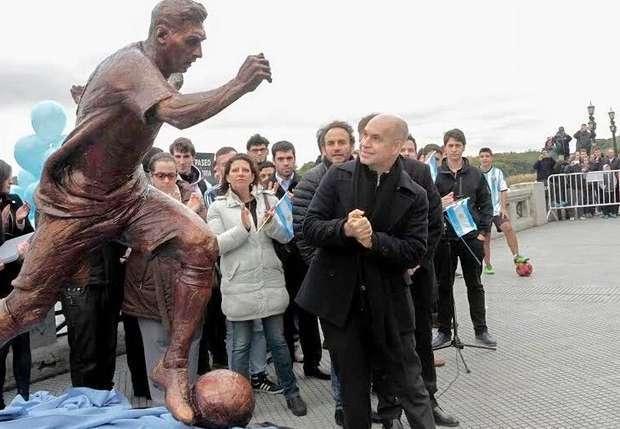 В Буенос-Айресе поставили статую Месси