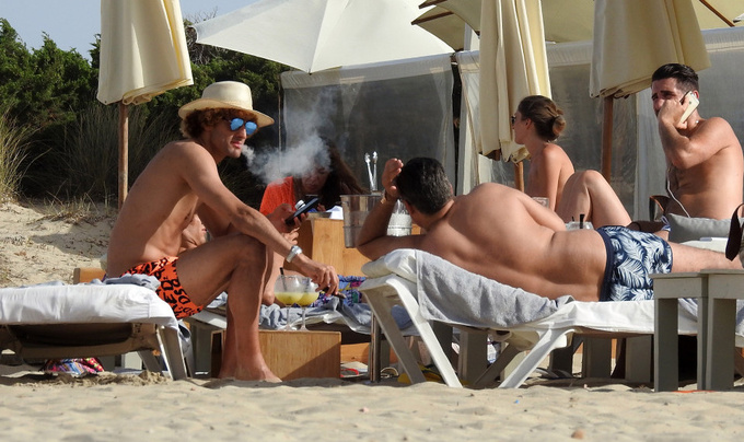 Феллаини наслаждается сигарами на отдыхе на Ибице