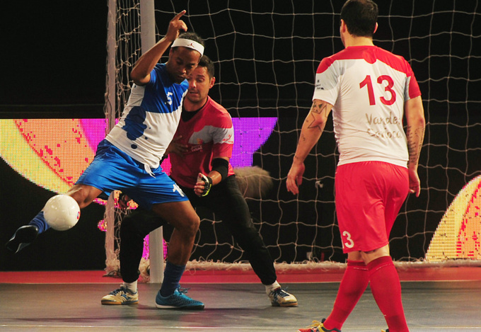Гиггз и Скоулз играют друг против друга в Индии