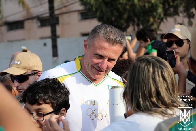 Сергей Бубка пронес олимпийский огонь по улицам Рио