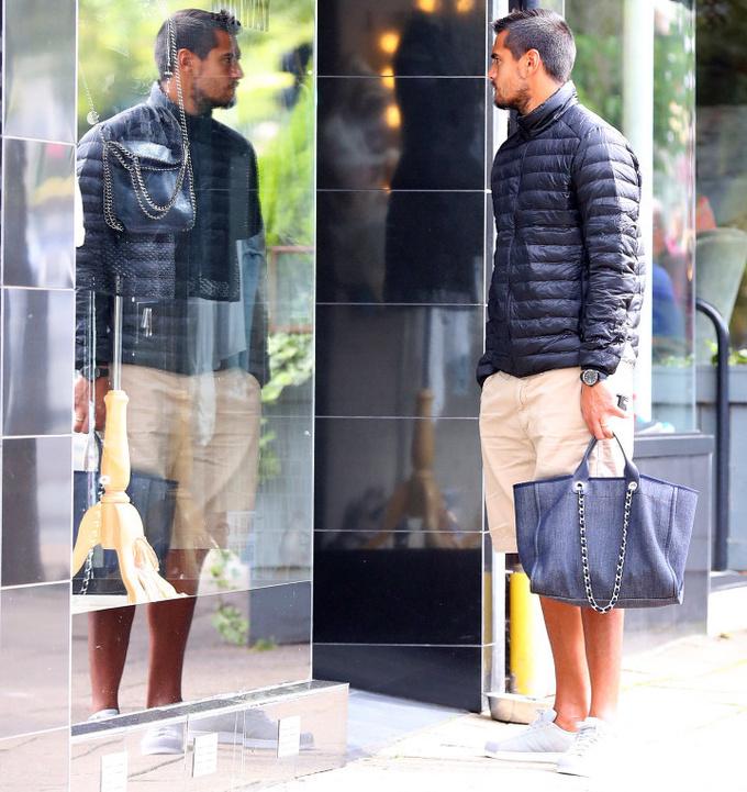 Вратарь МЮ ходил по магазинам с дамской сумочкой