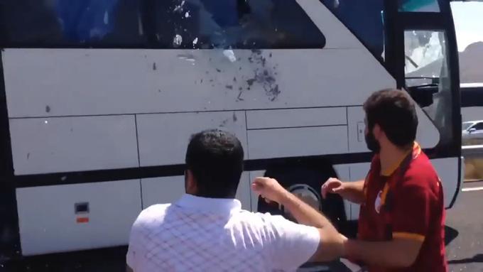 Разъяренные фанаты Галатасарая атаковали автобус с болельщиками Бешикташа