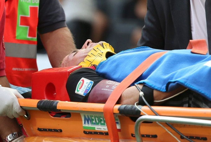 Защитник Милана доставлен в больницу