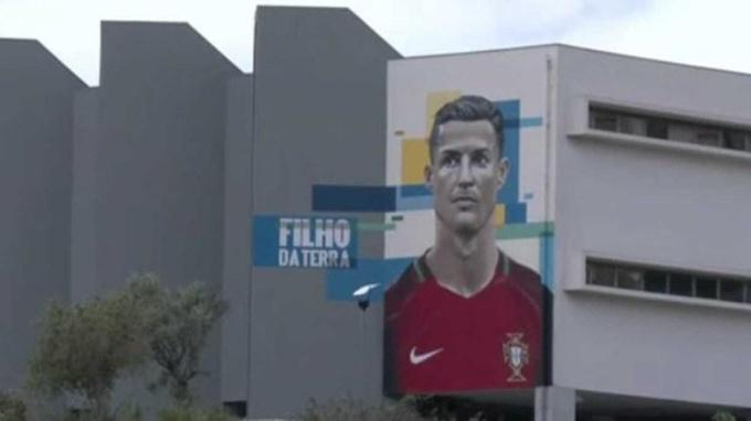 """В Португалии презентовали """"стену Роналду"""""""