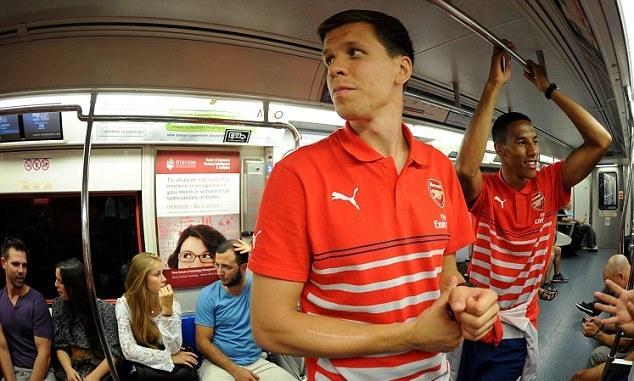 Как звезды футбола ездят на общественном транспорте