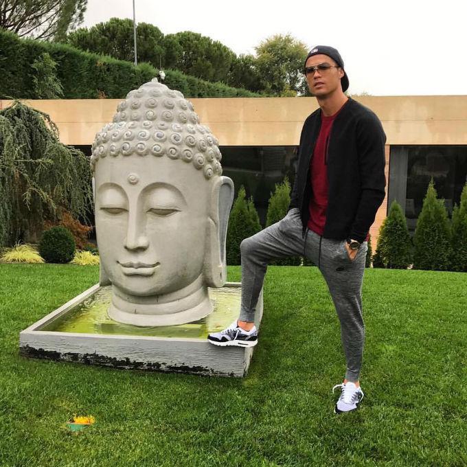 Криштиану Роналду обвинили восквернении статуи Будды