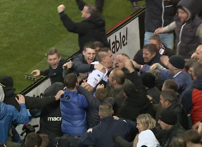 Пожизненно забаненый фанат снова посещает футбольные матчи