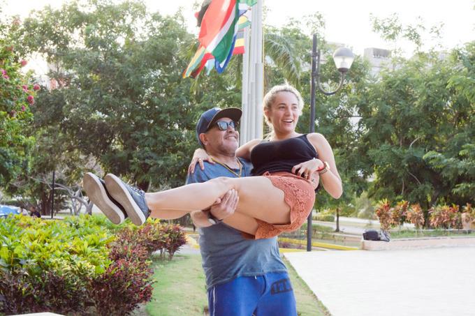 Марадона поносил свою девушку на руках по Кубе