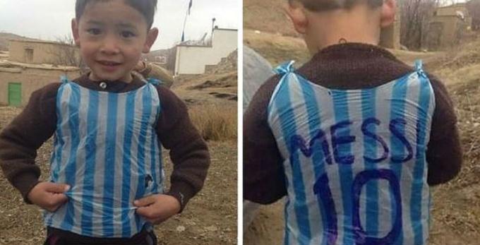 Лионель Месси встретился сафганским парнем, который сделал его футболку изпакета