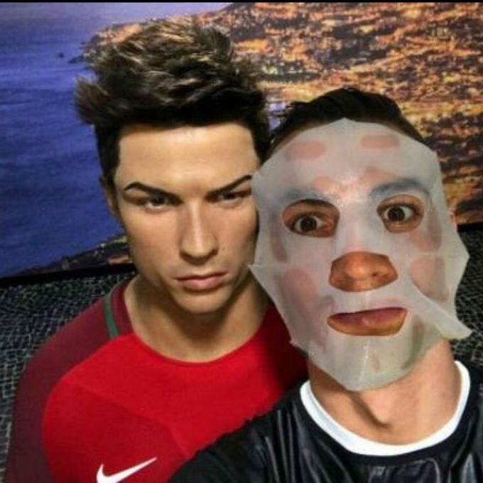 В сети высмеяли фото Роналду со своей восковой фигурой
