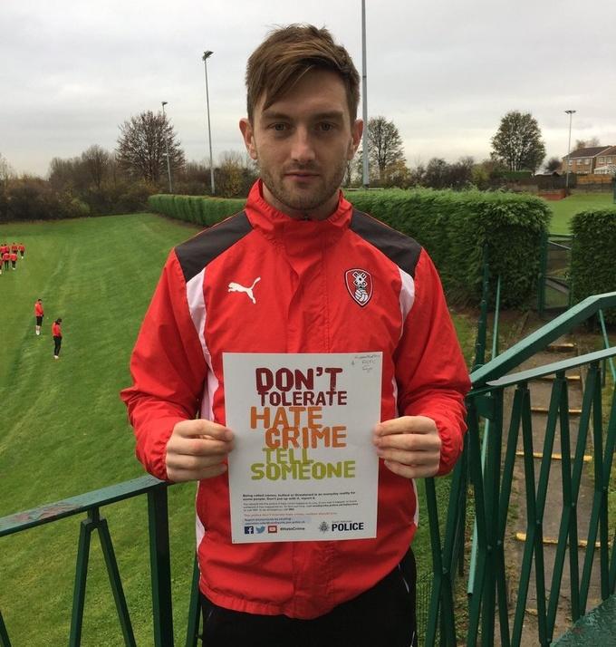 Твиттер английского клуба выложил фото писающих футболистов