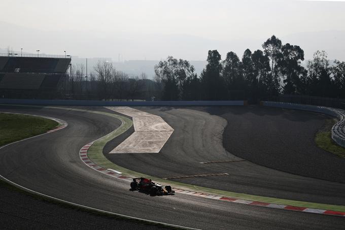 Хэмилтон показал лучшее время в первый день тестов в Барселоне