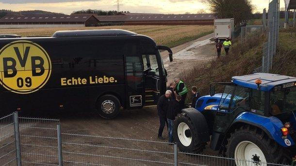 Автобус Боруссии застрял в грязи и был вытащен деревенским трактором
