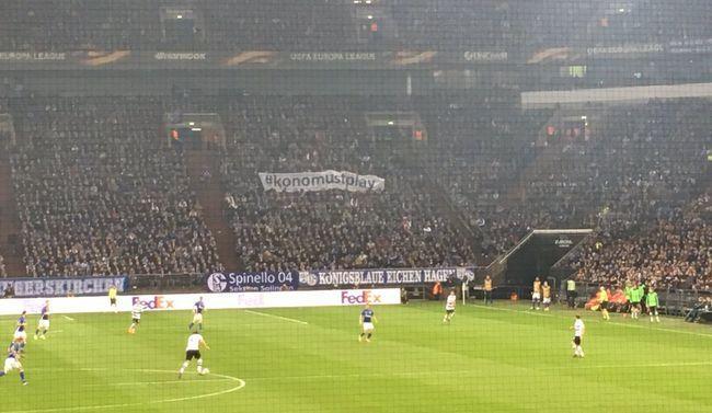 Фанаты Шальке посвятили Коноплянке баннер на трибуне
