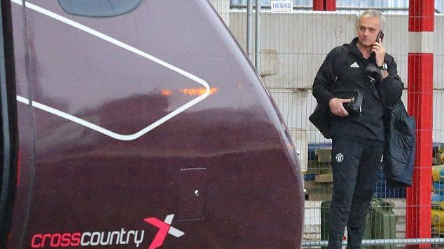 Манчестер Юнайтед на поезде отправился на игру с Челси