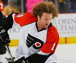 Хоккеист Филадельфии постригся ради благотворительности