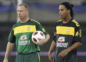 Менезеш рад возвращению Роналдиньо в Бразилию