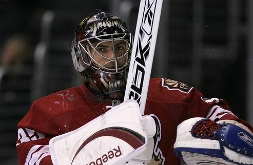 НХЛ. Вратарь Финикса перебрался в Айлендерс