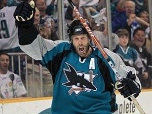 НХЛ. Торнтон признан первой звездой дня
