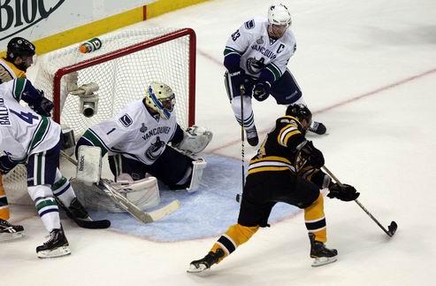 НХЛ. Бостон разгромил Ванкувер и сравнял счет в серии