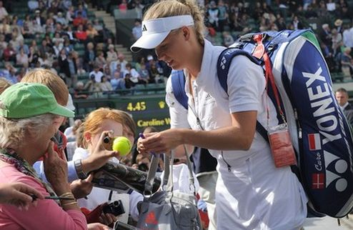 Уимблдон (WTA). Уверенный старт Возняцки и На Ли