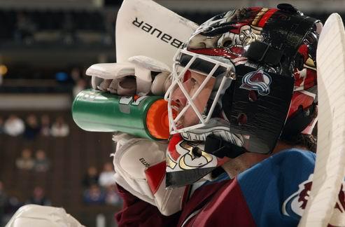 НХЛ. Колорадо прощается с двумя вратарями