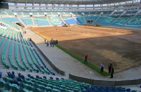На одесском стадионе начали стелить газон