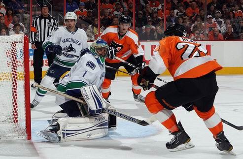НХЛ. Филадельфия — Ванкувер, победы Колорадо и Каролины
