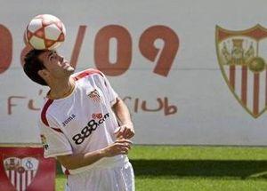 Наварро продлил контракт с Севильей