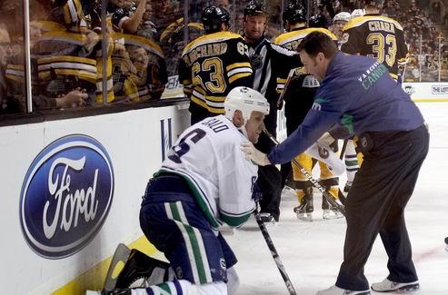 НХЛ. Ванкувер теряет защитника