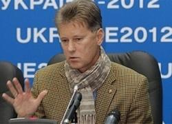 Леонид Буряк подписывает первого новичка