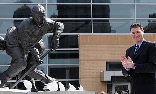 НХЛ. В Питтсбурге открыли памятник Марио Лемье