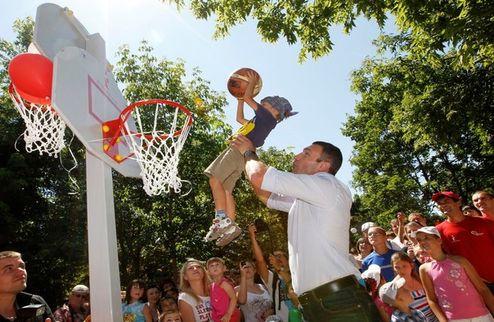 Кличко сыграл с детьми в баскетбол