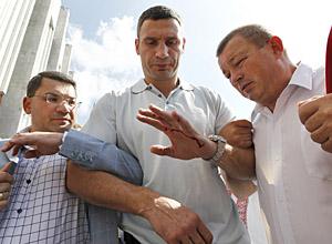 Виталий Кличко повредил руку на митинге