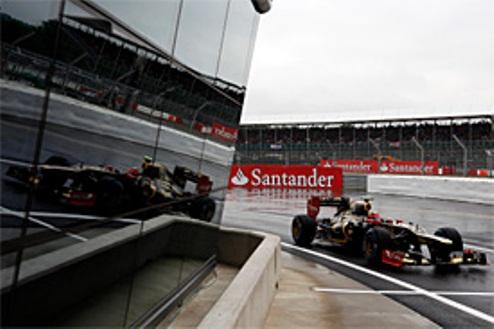 Формула-1. Гран-при Великобритании. Грожан лидирует в дождь