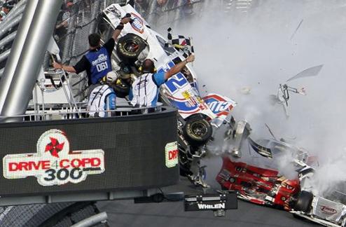 NASCAR. Страшная авария, 33 пострадавших