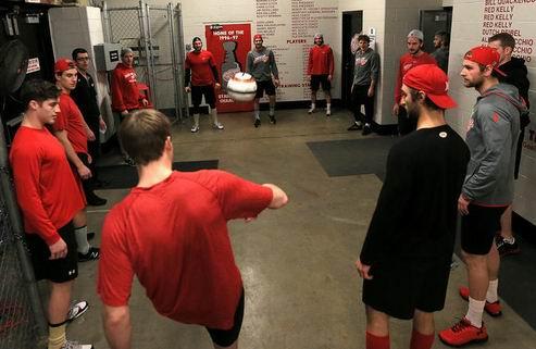 НХЛ. Детройт не торопится с обменами
