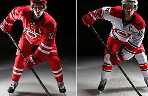 НХЛ. Каролина обновила форму