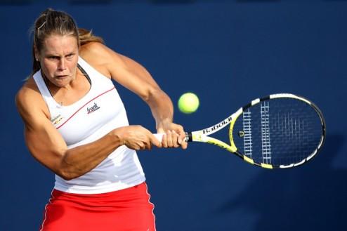 Бад Гаштейн (WTA). Кнапп начинает с победы, мощь Бартель