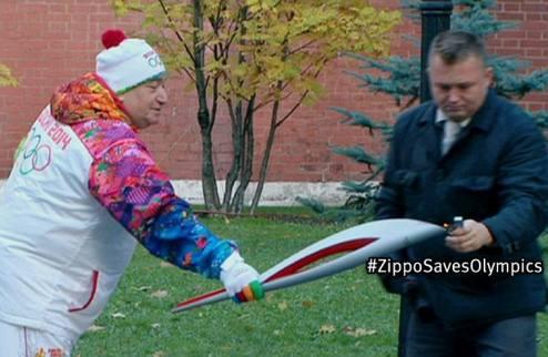 """В России перестали париться с Олимпийским огнем и """"подкуривают"""" его благодаря Zippo. ВИДЕО"""