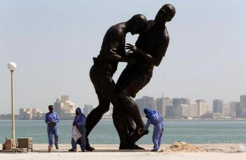 "Страсти в Катаре: скульптуре ""Зидан vs Матерации"" место на помойке"