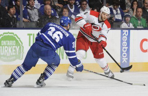 НХЛ. Каролина и Торонто обменялись защитниками