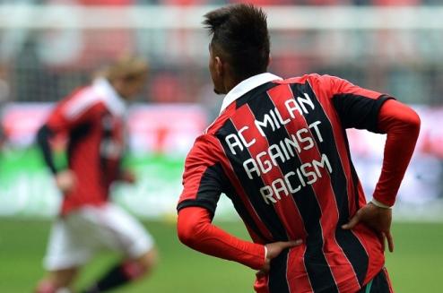 Фанат Аталанты бросил нож в игроков Милана. ВИДЕО