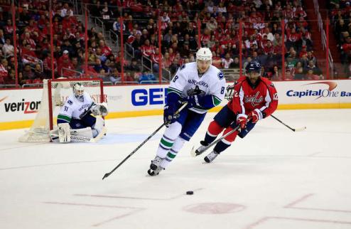 НХЛ. Ванкувер переподписал защитника