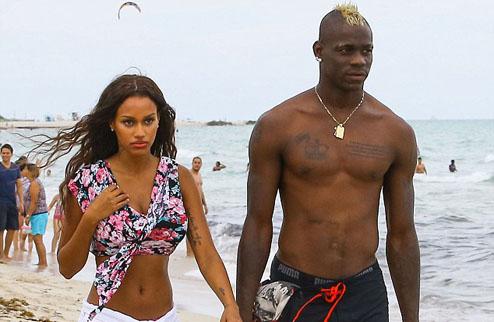 Как отдыхает Балотелли: Майами, пляж... пачка сигарет