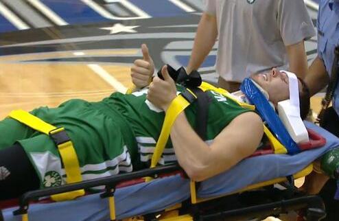 Даирис Бертаньш покинул Летнюю лигу НБА на носилках. ВИДЕО