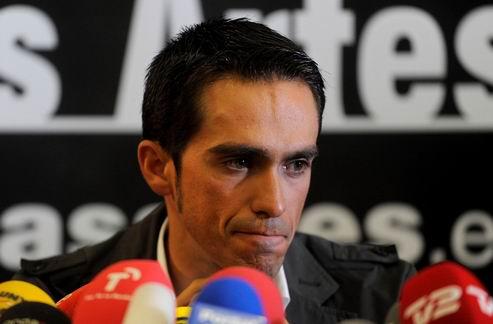 Контадор сломал голень