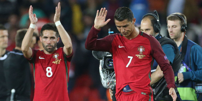 00:08На Евро-2016 команда Роналду одолела команду Бэйла. Португалия вфинале